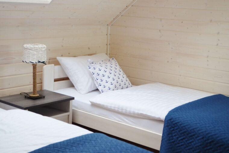 A Morze Ustka sypialnia łóżko lampka nocna