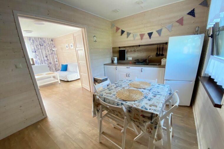 A Morze Ustka kuchnia salon stół sofa lodówka