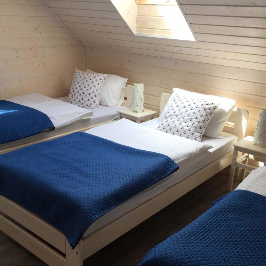 A Morze Ustka sypialnia trzyosobowa piętro łóżko narzuta lampka nocna